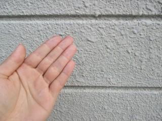 わずかではありますが、チョーキング現象(風化した塗料の粉が手に付く)がおきています。塗り替えのサインです。