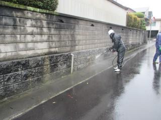 高圧洗浄です。外の塀もついでに洗浄しました。