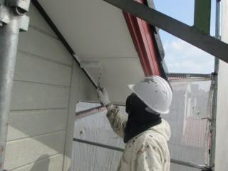 塗装作業です。軒天から塗装していきます。