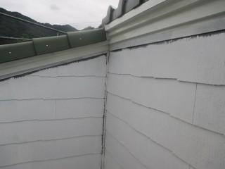 外壁への下塗りと、鉄部へ白いさび止め塗料を塗っています。仕上げの色が淡い色の為です。