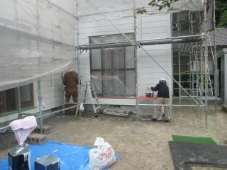外壁の仕上げ塗りをしています。