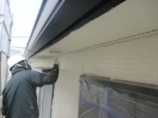 軒天を塗装しています。2回塗りです。