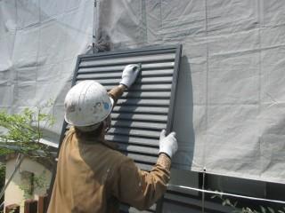 雨戸も塗装します。ケレンという汚れ落としの作業をして塗装します。