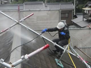 バルコニー工事を終え、塗装工事に移ります。高圧洗浄です。