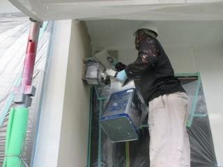 外壁に下塗り材を塗装しています。