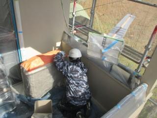 アンテナや室外機等を汚さないよう、気をつけて塗装していきます。