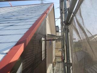 屋根の縁に金物があります。さび止め塗料を塗って、仕上げ塗りをします。