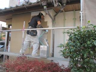 壁の下塗り材を塗っている様子です。