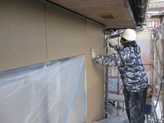 下塗り後に弾性塗料を2回塗って仕上げます。