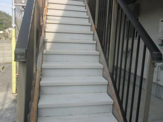 洗浄後です。階段踏み板は塗装しませんが、洗浄でしっかり汚れを落としました。