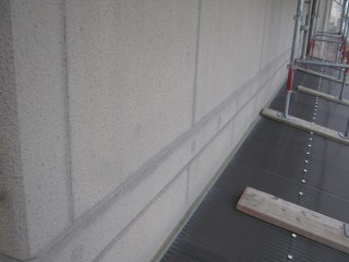 北面の目地は汚れ防止のプライマーを塗布します。