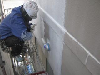 下塗り材を丁寧に塗っていきます。