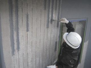 上塗りです。リブになっている所は塗りづらいですが、刷毛で塗ります。