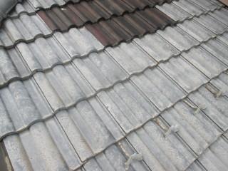 屋根です。色がまばらで、褪せています。