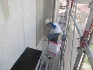 下地調整材を塗装しています。