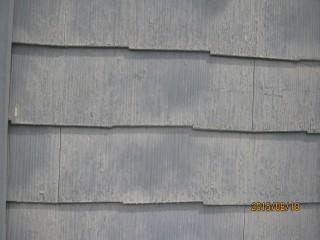 屋根に使用されるカラーベストが外壁に使用されています。前回の塗膜が剥がれています。