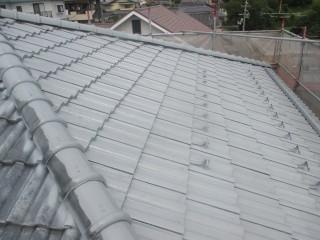 屋根の下塗り材を塗ったところです。