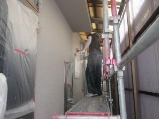 下塗りを終え、上塗り材(仕上げ材)を塗っています。